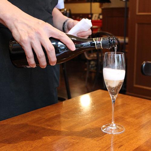 キュベ グラスにスパークリングワインを注ぐ様子