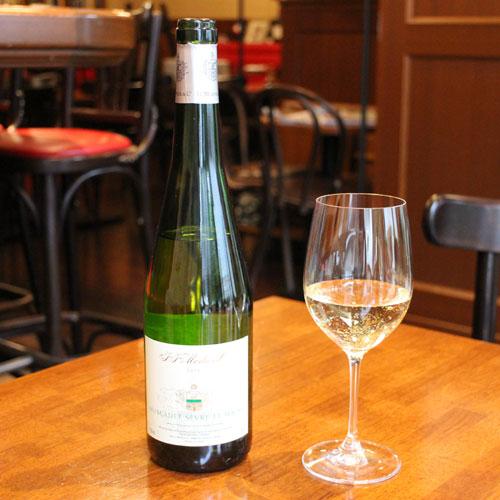 シャルドネ グラスにワインを注いだ様子