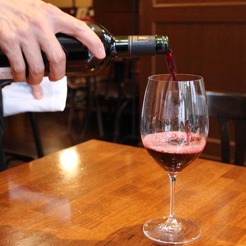 メルロ グラスにワインを注ぐ様子