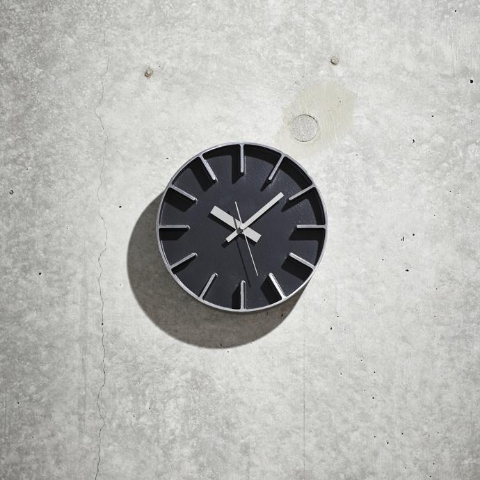 Edge Clock | エッジクロック | コンクリート打放しの壁に掛けても見劣りしない存在感