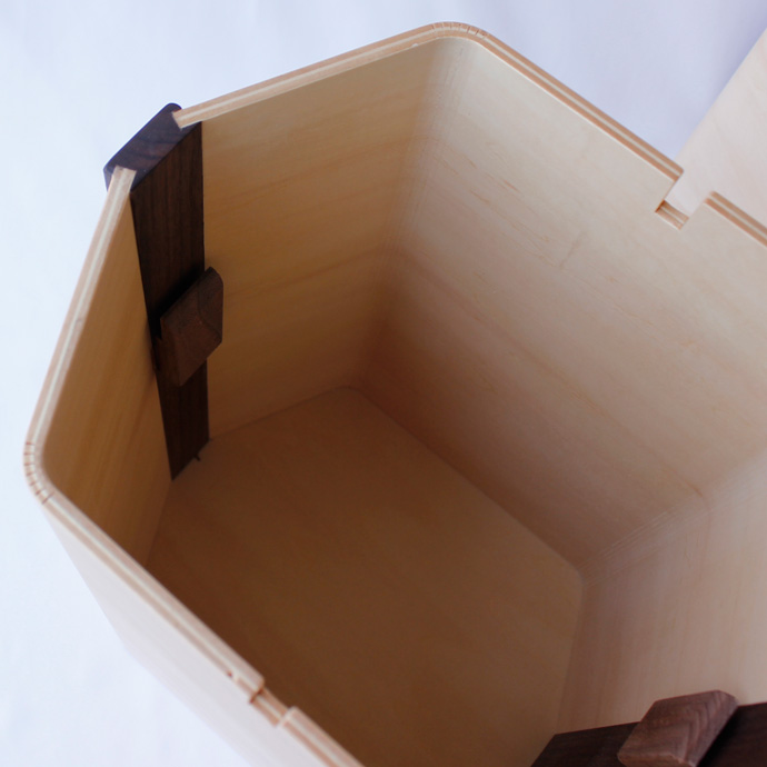 曲げ木で作った六角形のダストボックス   hexagon   ヤマト工芸   袋を掛けるフック付き