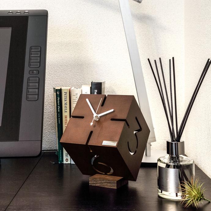 アートな木製時計/ダイス | PUZZLE STAND TYPE M | ヤマト工芸 | シャープな空間にも馴染む