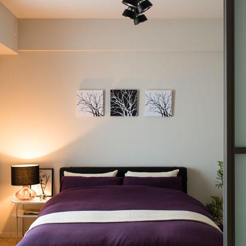 ガラスベースのテーブルランプ/ブラック ベッドの横に置いた様子 ご寝室全体