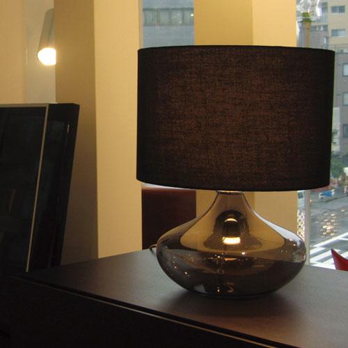 ガラスベースのテーブルランプ/ブラック チェストに置いた様子