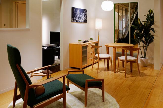 木製でシンプルな家具を選ぶ