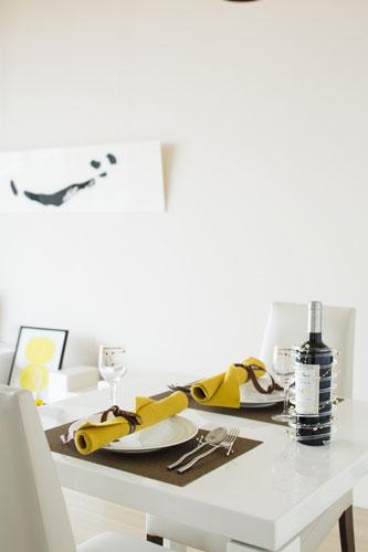 白い食器に元気を添えてくれるイエローのランチョンマット