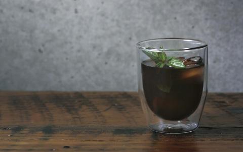 コーヒーが宙に浮いて見える耐熱マグカップ