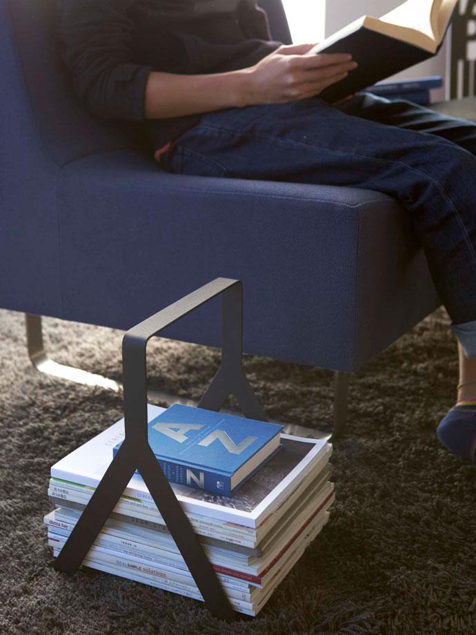 シンプルモダンなマガジンラック | 読みかけの雑誌をソファ横にストック