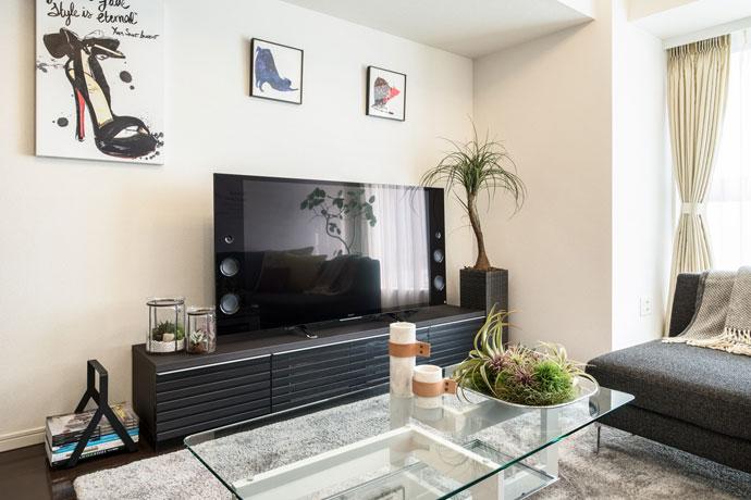 シンプルモダンなマガジンラック | TVボードの横に
