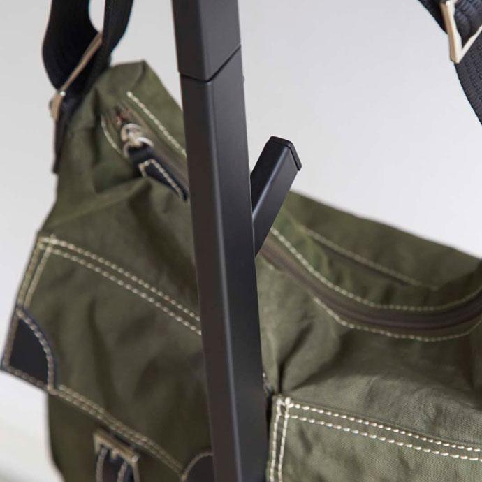 シンプルラインのコートハンガー | 便利なフック付き