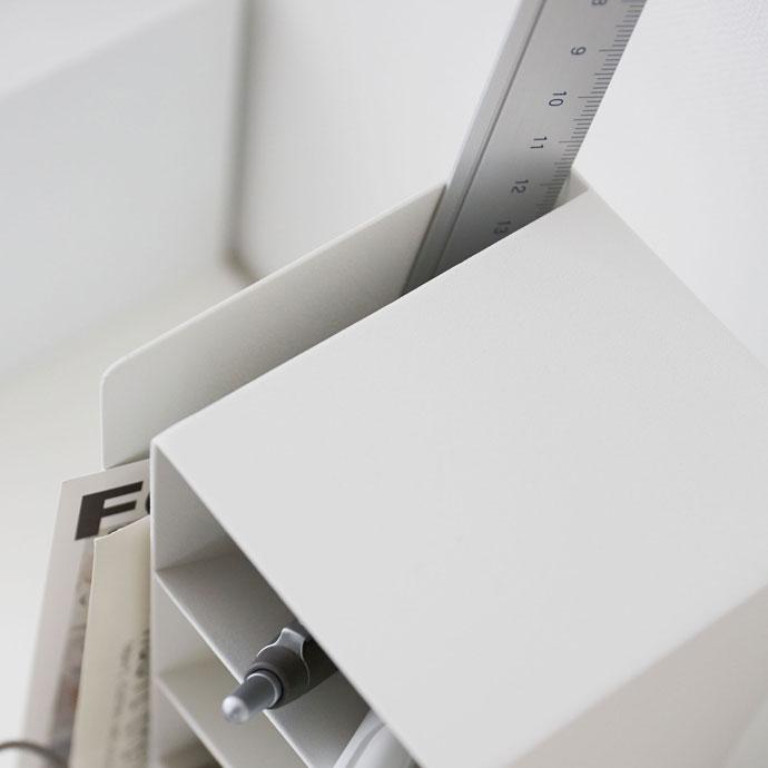 スチール製のペンスタンド | 長いものも入れられるスリット付き