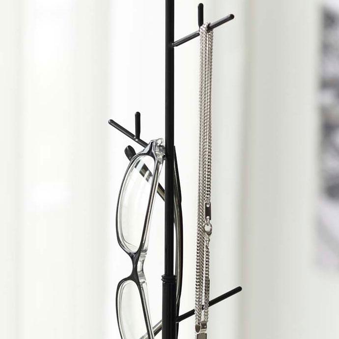 シンプルなジュエリーツリー | ポールにはサングラスやネックレスなどを