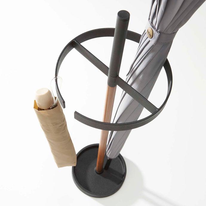 シンプル設計のアイデア傘立て | 折り畳み傘を掛けておけます