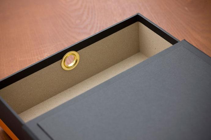 紙製のドキュメントBOX,ブラック,ゴールドのハトメと箔押しプリントがアクセント