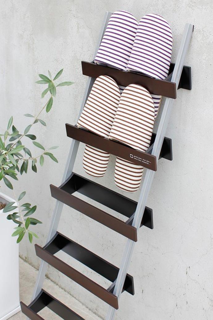 はしごのような木製スリッパラック | ladder rack | ヤマト工芸 | 立て掛けた状態