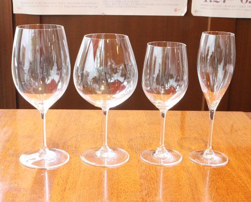 テーブルの上に並べられた、様々なフォルムのワイングラス