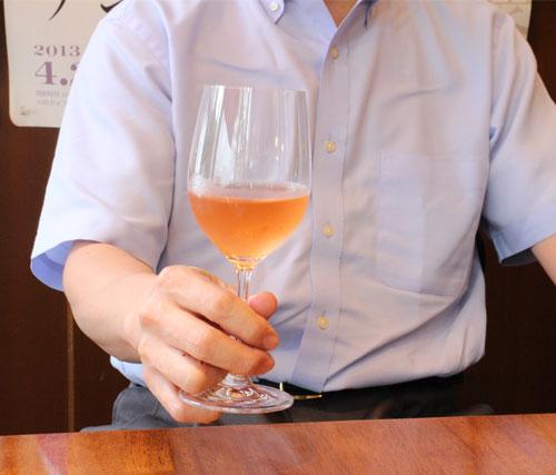 正しいワイングラスの持ち方