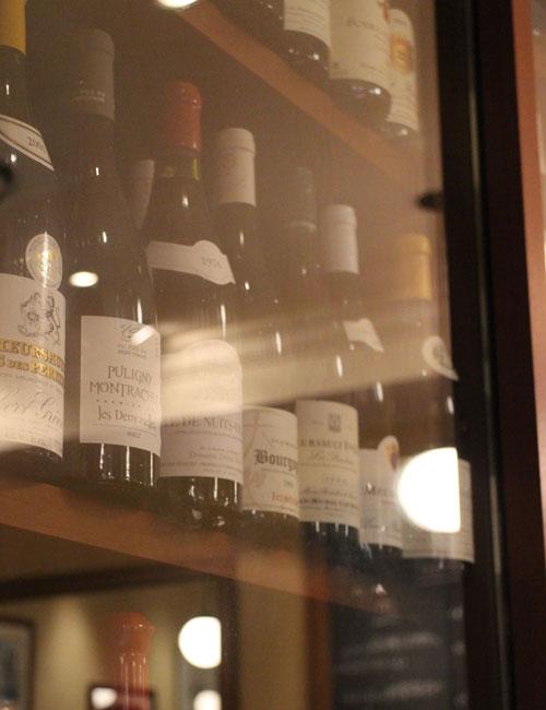 ビストロアンバロンの、ワインがたくさん並んだワインセラー