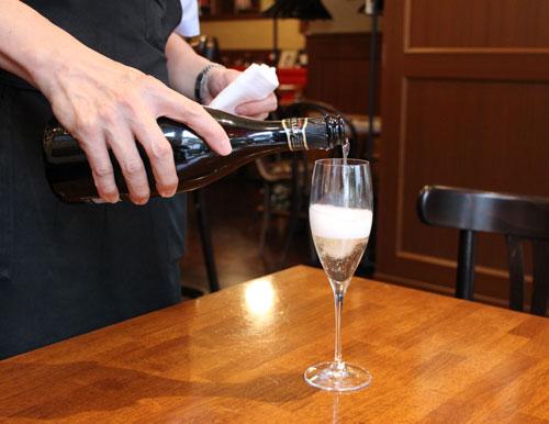 ちょうど良いタイミングを見計らって注がれる美味しいワイン