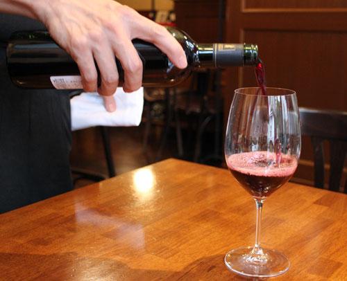 1杯ずつ丁寧に注がれるワイン