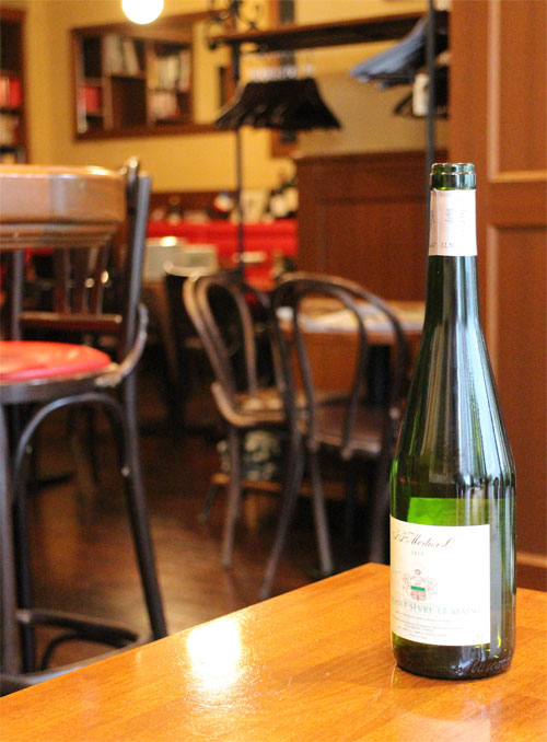 テーブルの上で、少しずつ適温になっていく白ワイン