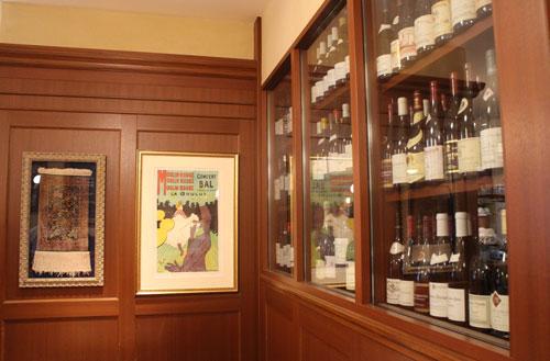 ワインがずらりと並ぶビストロアンバロンのワインセラー
