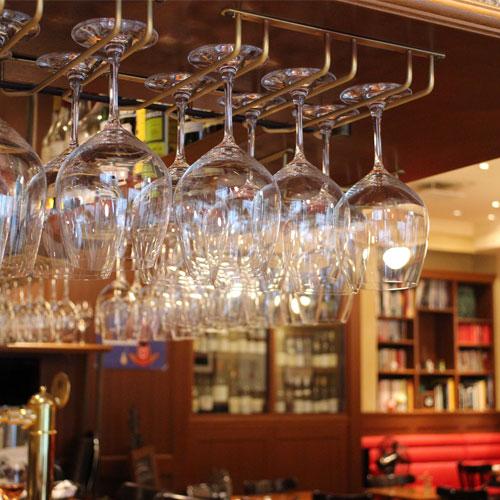 ビストロアンバロンに並ぶ、ピカピカのワイングラスたち