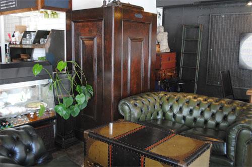 店内の家具はビンテージ風