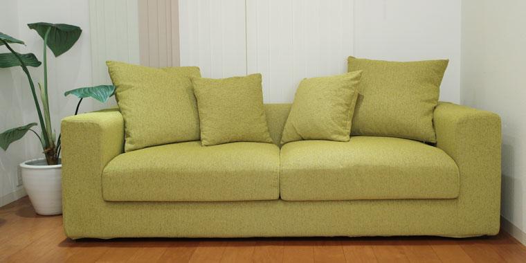 グリーンの3人掛けソファ