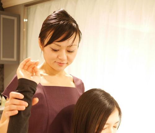 施術をする、ワイズルームの櫻井佑佳オーナー