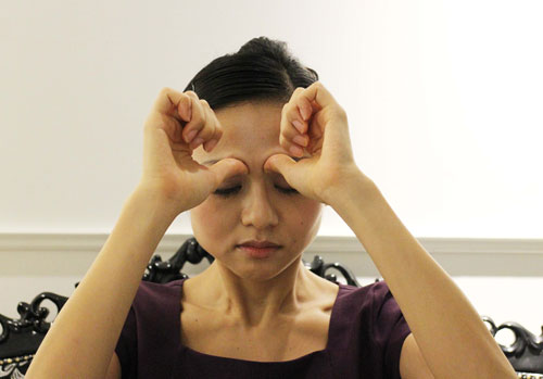 眉頭の下にある攅竹をプッシュ