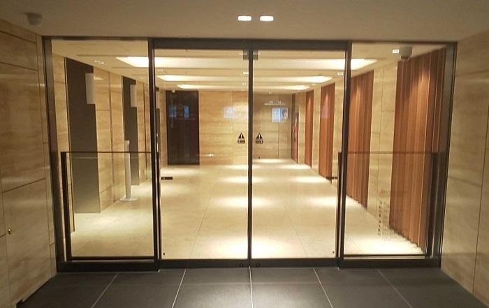 エレベーター前自動ドア